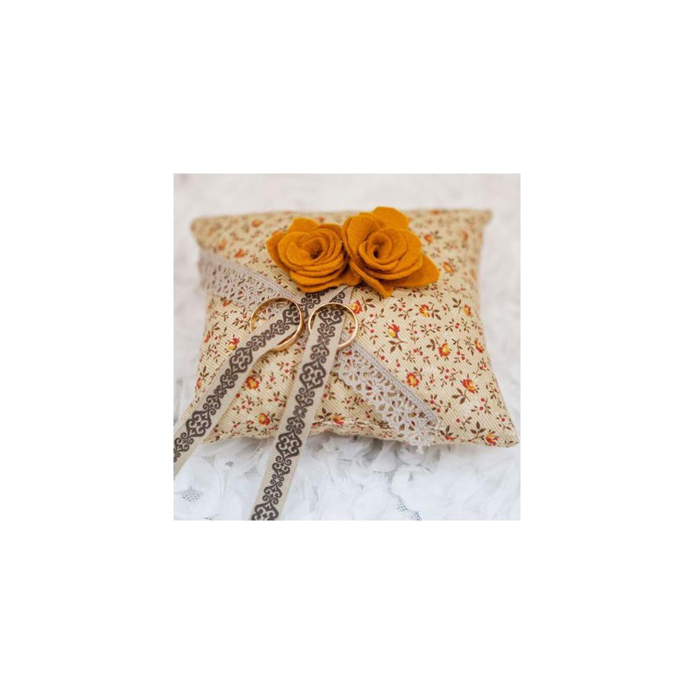 Подушечка для колец с цветами из фетра