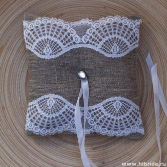 Подушечка для колец на свадьбу с кружевом (3 варианта)