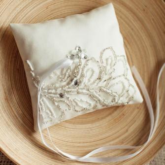 Подушечка для колец на свадьбу с вышивкой