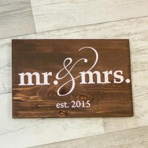 "Табличка из дерева ""Mr & Mrs est. 2015"""