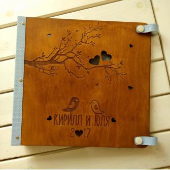 Деревянный свадебный фотоальбом с рамкой