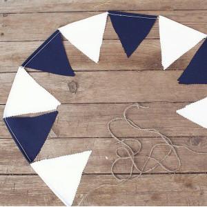 Гирлянда на свадьбу из бело-синих флажков