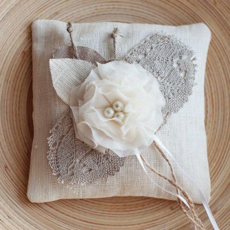 Подушечка для колец на свадьбу с цветами