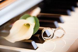 бутоньерка жениха и кольца
