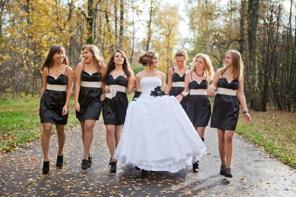 черные платья у подружек невесты
