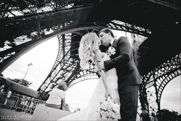 свадебная фотосессия на фоне Эйфелевой башни
