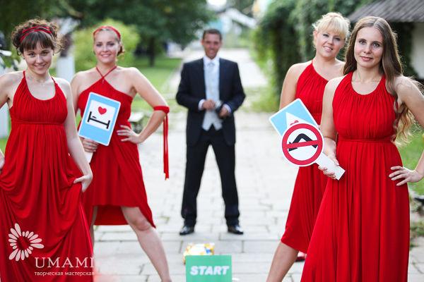 красные платья у подружек невесты