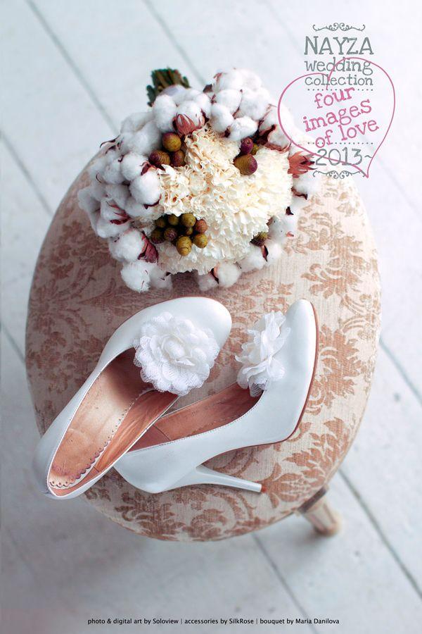 белые свадебные туфли и букет с хлопком