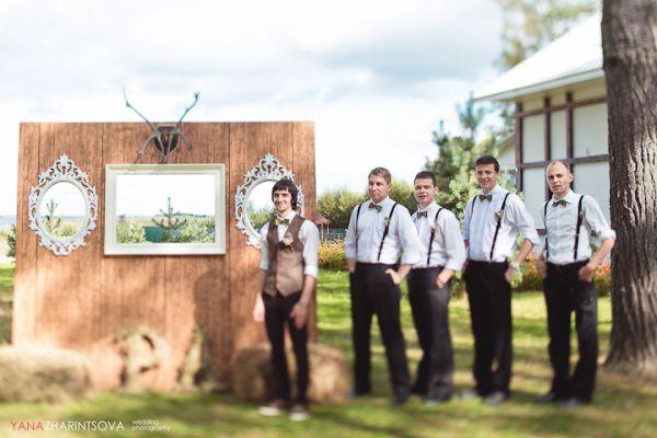 жених и друзья жениха на свадьбе в стиле рустик