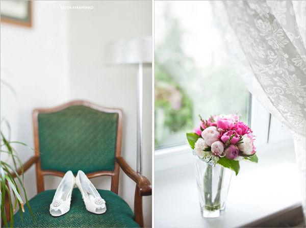 белые свадебные туфли и букет невесты