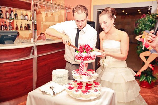свадебный торт белый с красным