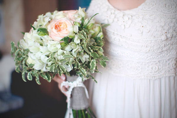 букет невесты с персиковыми акцентами