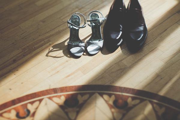 серые свадебные туфли