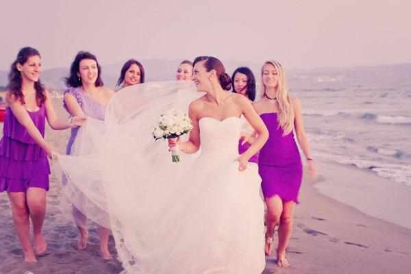 подружки невесты в платьях одинакового цвета