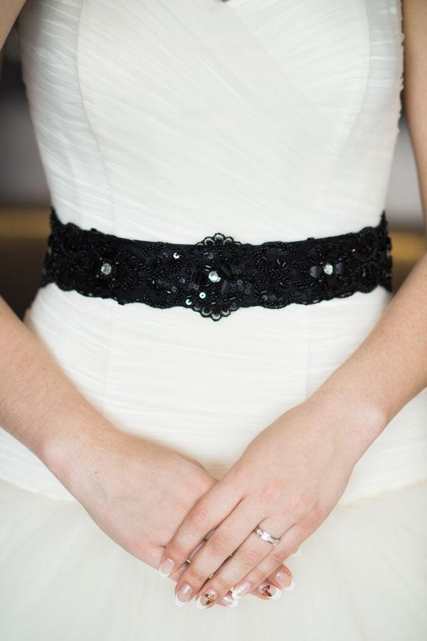 черный пояс на свадебное платье