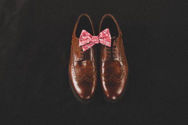 ботинки и бабочка жениха