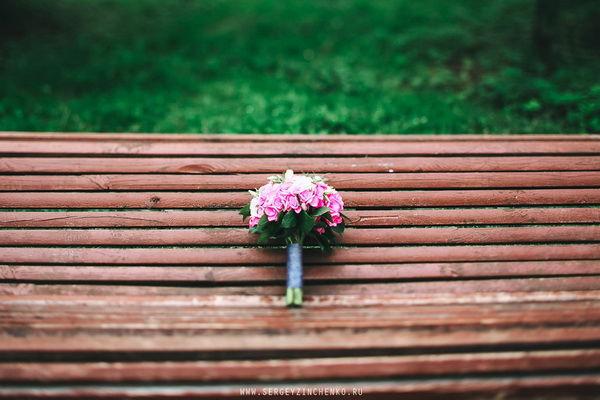 букет невесты с розовым и зеленым