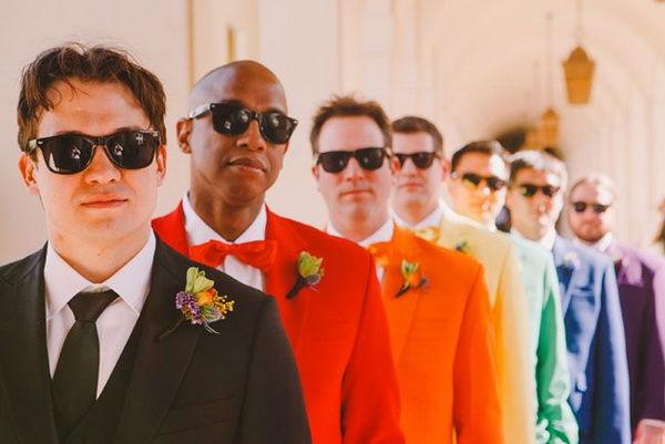 жених в ярком костюме