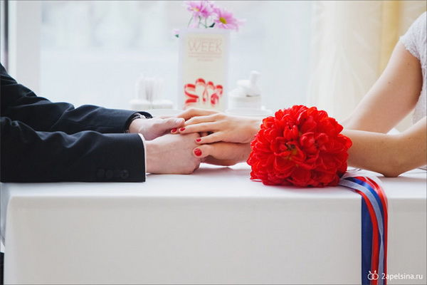 красный букет невесты