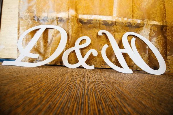 инициалы из пластика на свадьбу