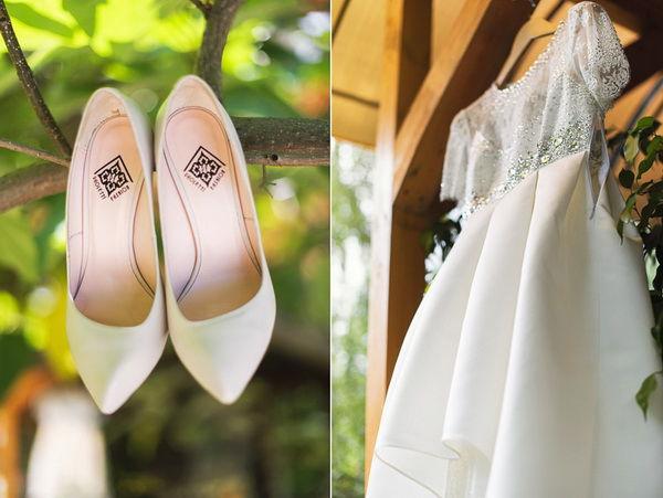 свадебное платье и свадебные туфли