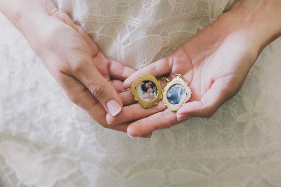 кулон в букете невесты