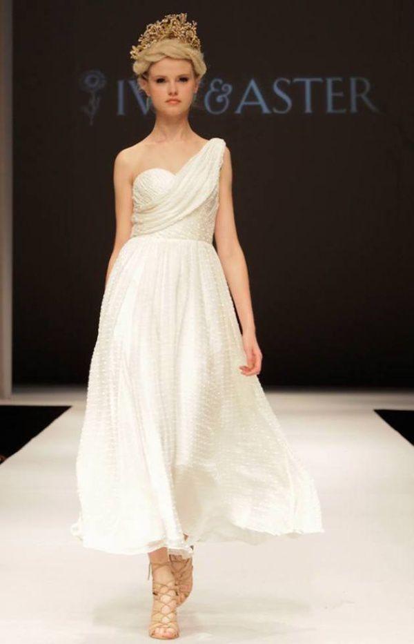 диадема в прическе невесты 2015