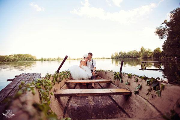 свадебная фотосессия на озере лодка