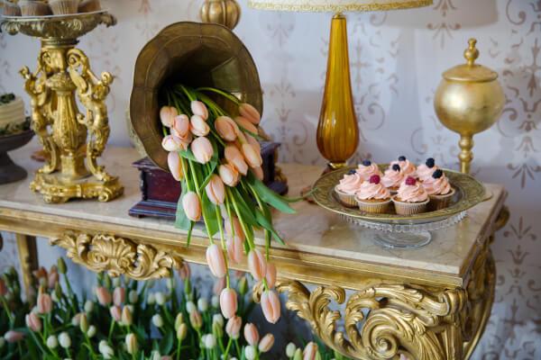оформление свадьбы тюльпанами