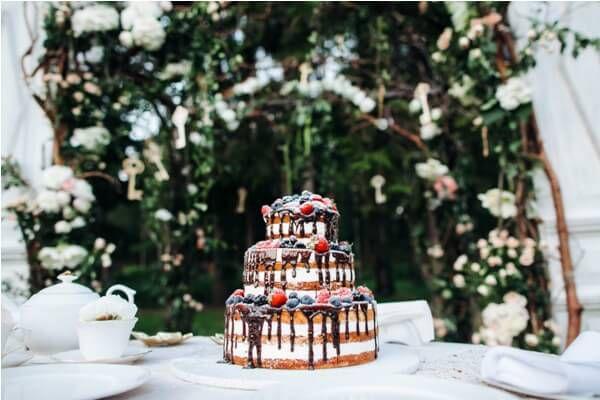 торт на свадьбе летом