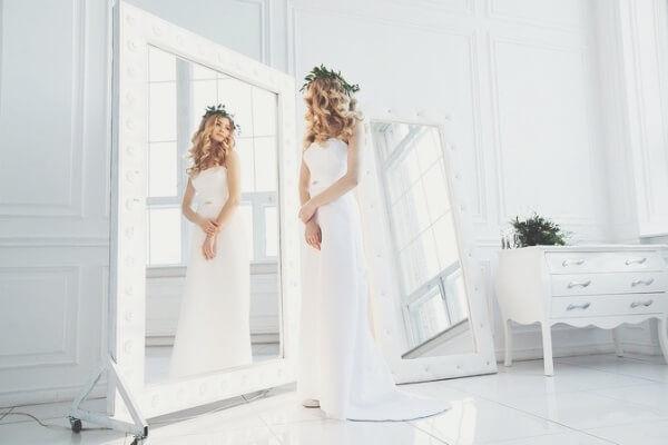 b38bb4ec39c0fcc Нам хотелось подчеркнуть это гладкой и блестящей поверхностью, именно  поэтому наш выбор пал на атласное платье простого А-силуэта.