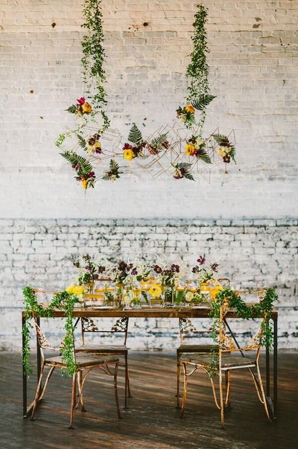 люстра из цветов на свадьбу