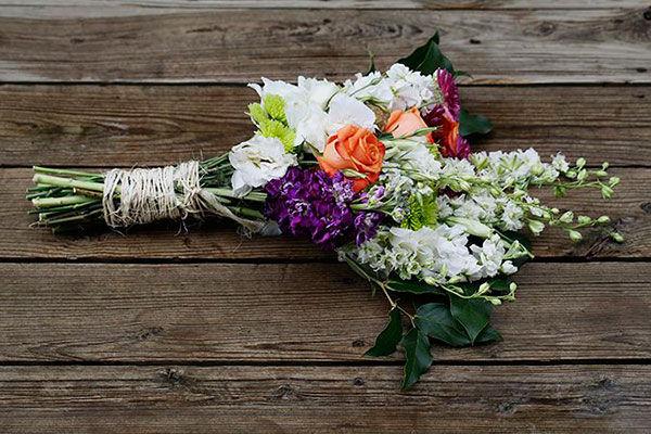 Корзина цветов на свадьбу в подарок молодоженам