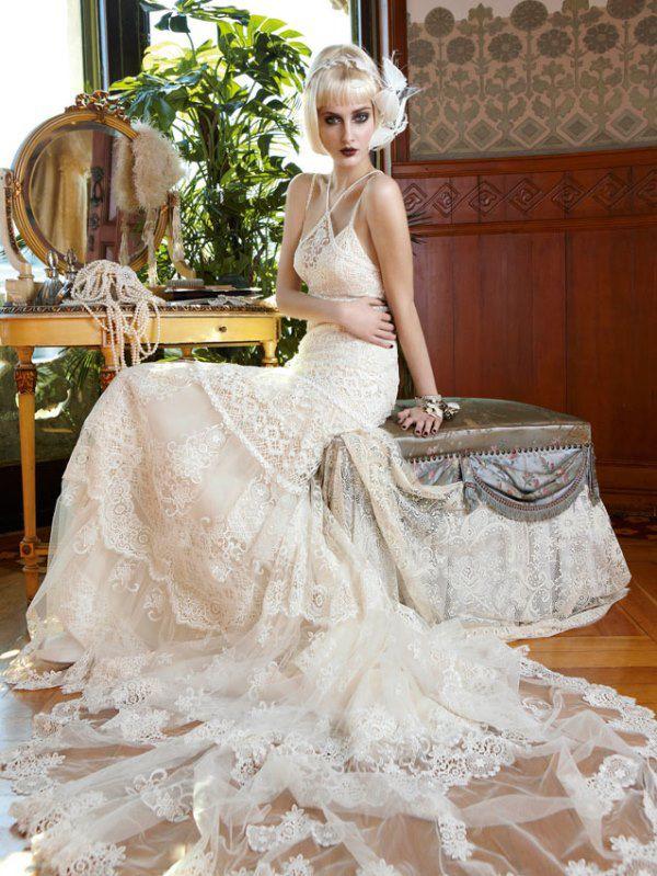 Платье «Сидней» из этой же коллекции выполнено из материалов кремового цвета и похоже на пожелтевшие страницы старых писем. Как и в предыдущих нарядах